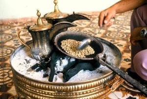 03 Ḥusayn al-muḫtār roasts the bean in a makhmasa