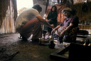 07 Ḥusayn al-muḫtār helps 'Aḥmed al-Muḥammad repair a Lux (a mantle lamp)